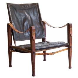 A BLACK LEATHER AND TEAK 'SAFARI' CHAIR BY KAARE KLINT (1888 - 1954)